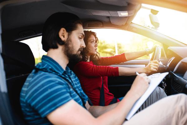 Är trafikskola eller privat övningskörning bäst?